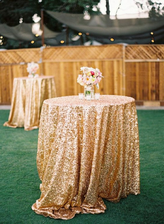 decoration-chic-avec-nappe-brillant-en-or-pout-la-table-de-mariage