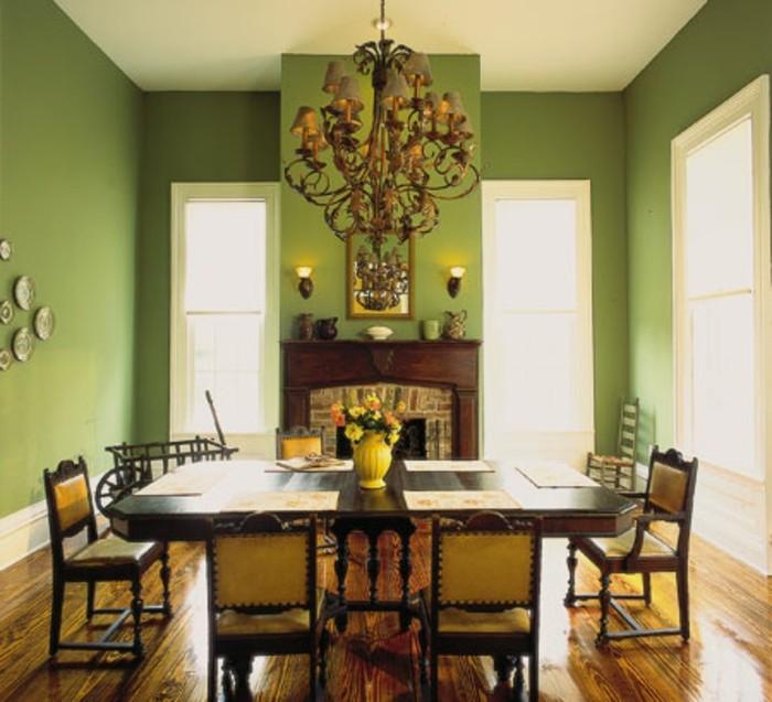 decoration-salle-a-manger-verte-pittoresque-décor-exubérent-table-et-chaises-en-bois-lustre-somptueux-cheminée-élégante