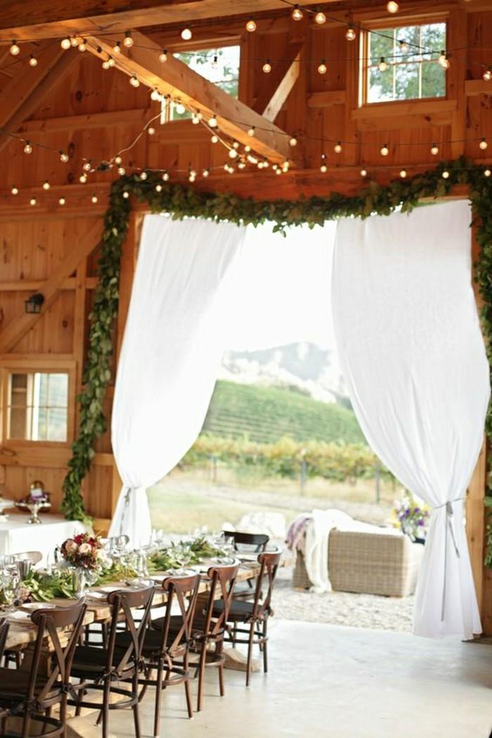 decoration-salle-de-mariage-pas-cher-avec-branches-vertes-et-guirlandes-lumineuses