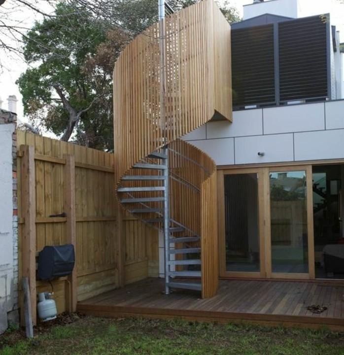 escalier-colimaçon-exterieur-escalier-metallique-protégé-par-un-construction-en-bois