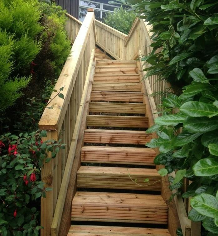 escalier-extérieur-bois-ambiance-rustique-escalier-plongé-dans-la-verdure