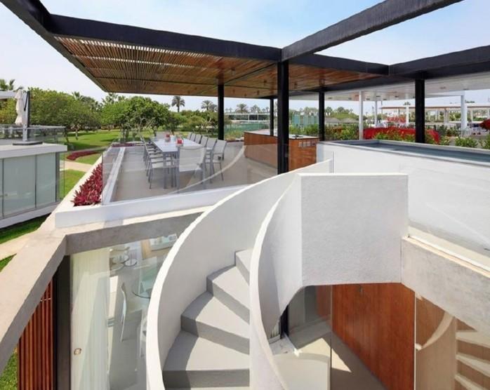 escalier-exterieur-en-blanc-design-escalier-intéressant-escalier-au-toit