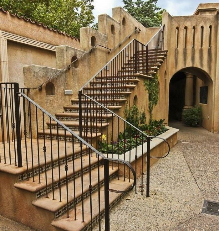 escalier-exterieur-marches-céramique-ballustrade-en-acier