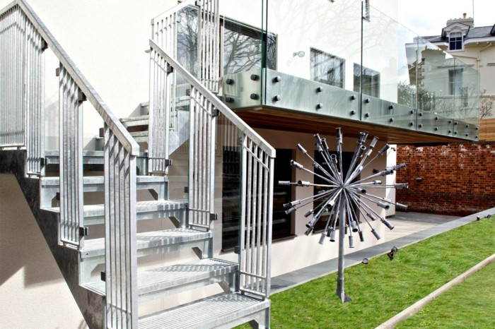escalier-metallique-exterieur-maison-design-contemporain