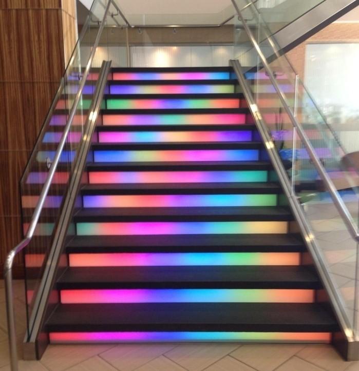 escalier-moderne-idée-escalier-originale-contre-marches-couleur-arc-en-ciel