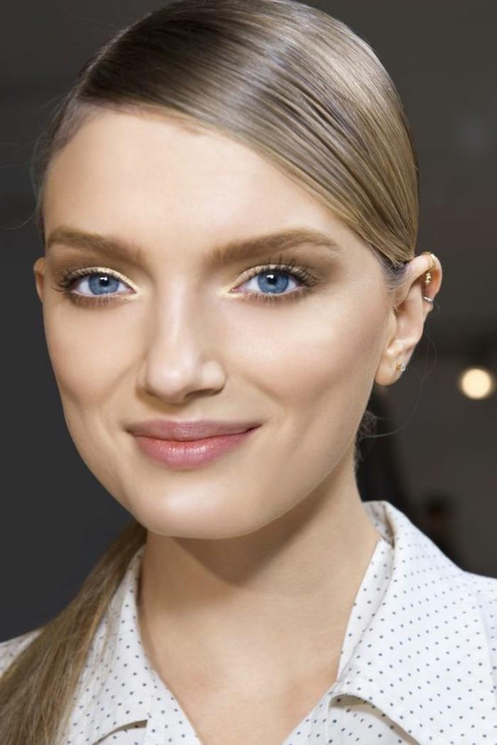 fard-a-paupiere-en-jaune-doré-apprendre-a-se-maquiller-les-yeux-visage-femme-blonde