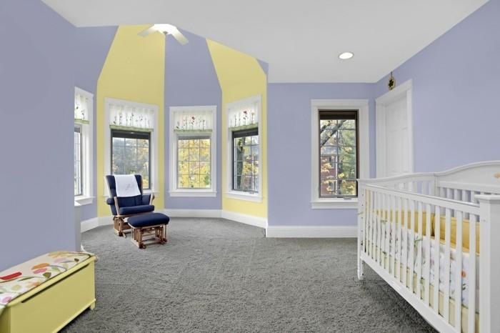 idée-intéressante-peinture-chambré-bébé-en-jaune-et-violet-lit-à-barreaux-blanc-fauteuil-bleu-foncé