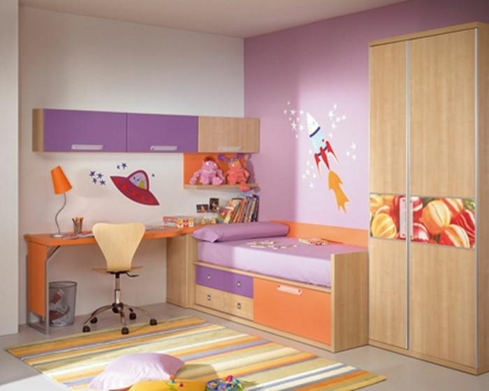 idee-peinture-chambre-enfant-originale-murs-en-rose-et-blanc-avec-de-jolis-stickers-inspirées-du-thème-de-l-univers-et-des-extreterrestres