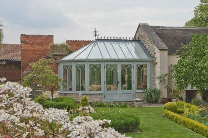 jolie-veranda-victorienne-créée-en-extension-d-une-maison-style-rustique-veranda-ancienne-aménagée-en-petit-salon