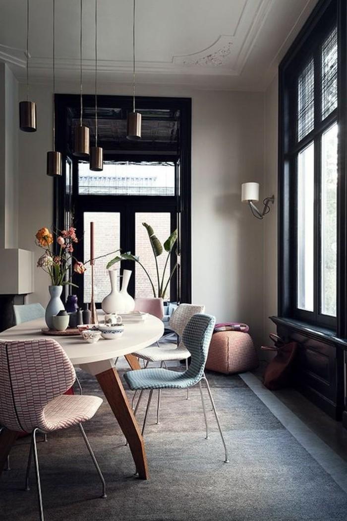 lampes-design-pour-le-salon-chic-chaises-colorés-dans-la-salle-de-sejour-lustre-design