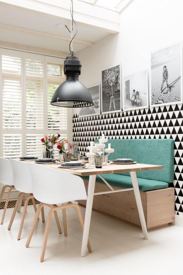 luminaires salle à manger, papier peint motif triangle, banquette et ...