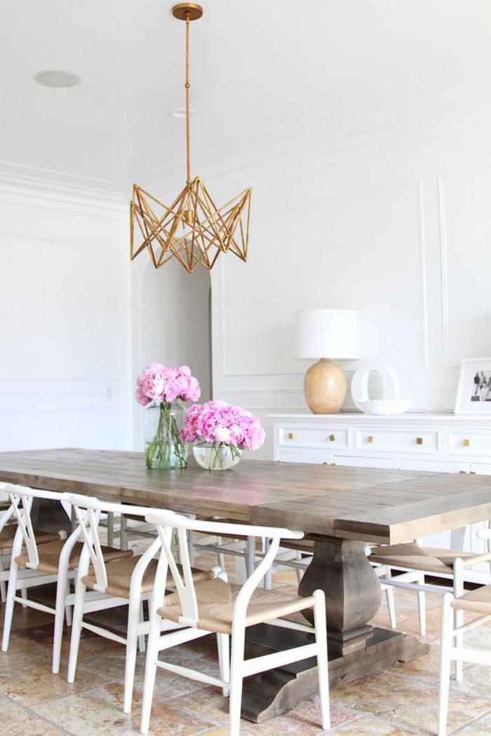 luminaire-de-salle-à-manger-luminaire-doré-au-dessus-d'une-table-à-manger