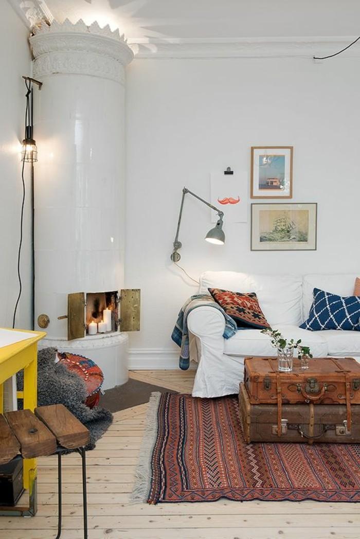 luminaire-design-salon-sol-en-bois-clair-tapis-rouge-design-d-interieur-chic-cheminée-interieur