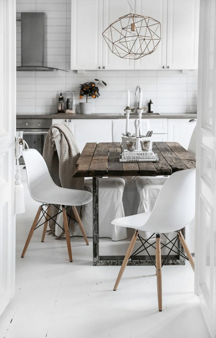 lustre-design-en-fer-forgé-chaise-en-plastique-blanche-table-en-bois-brut-lustre-en-fer