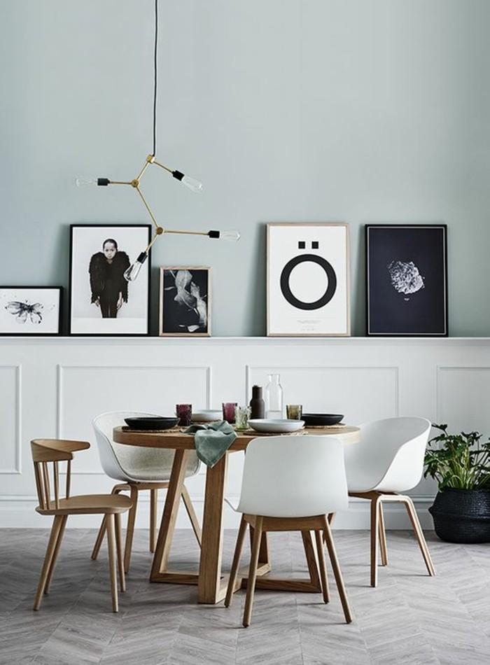 Lustre Bois Et Metal : lustre en fer dor?, chaises en bois clair et plastique blanc, sol en