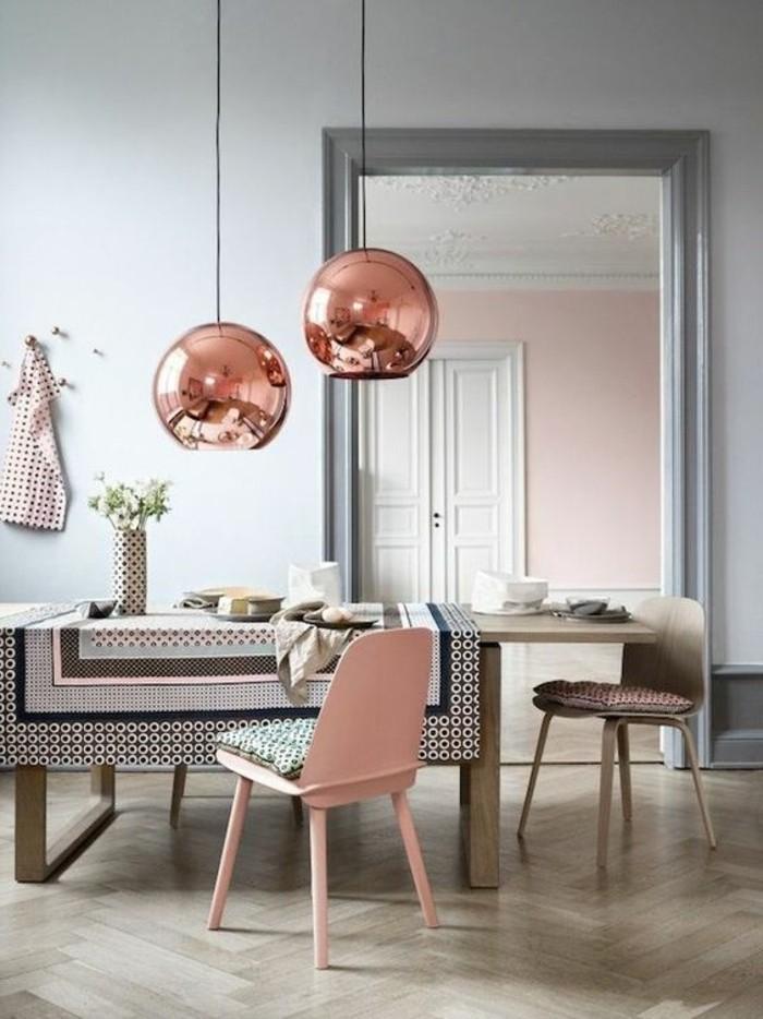 lustres-boules-design-en-rose-parquet-en-bois-clair-chaise-en-rose-pale-nappe-de-table-coloré