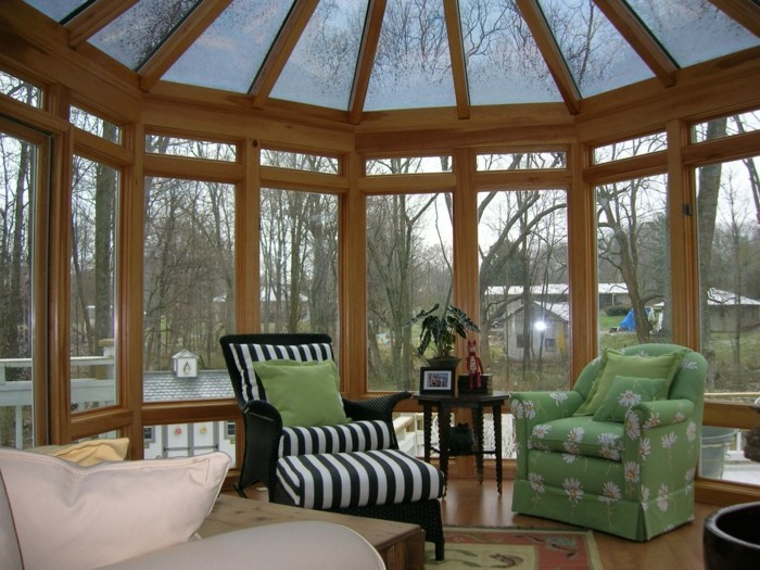 magnifique-modele-de-veranda-en-bois-et-verre-deux-fauteuils-design-magnifique