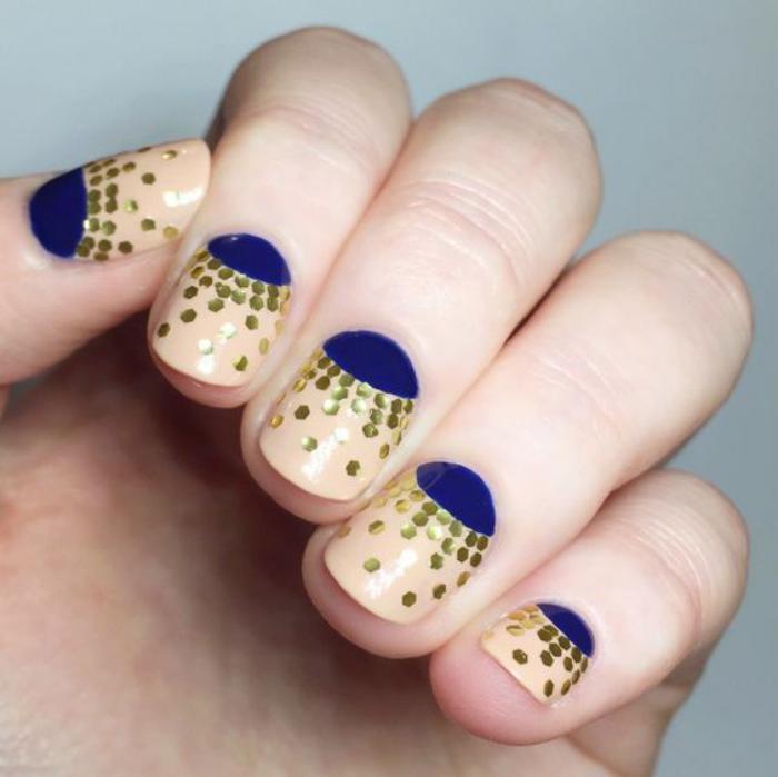 manucure-demi-lune-avec-paillettes-lunule-bleue