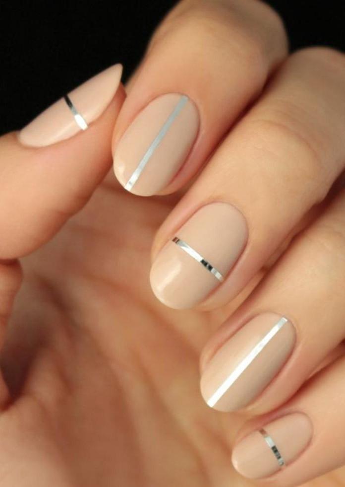 manucure-en-couleur-nude-bandes-de-striping-tape-sur-ongles-couleur-nude