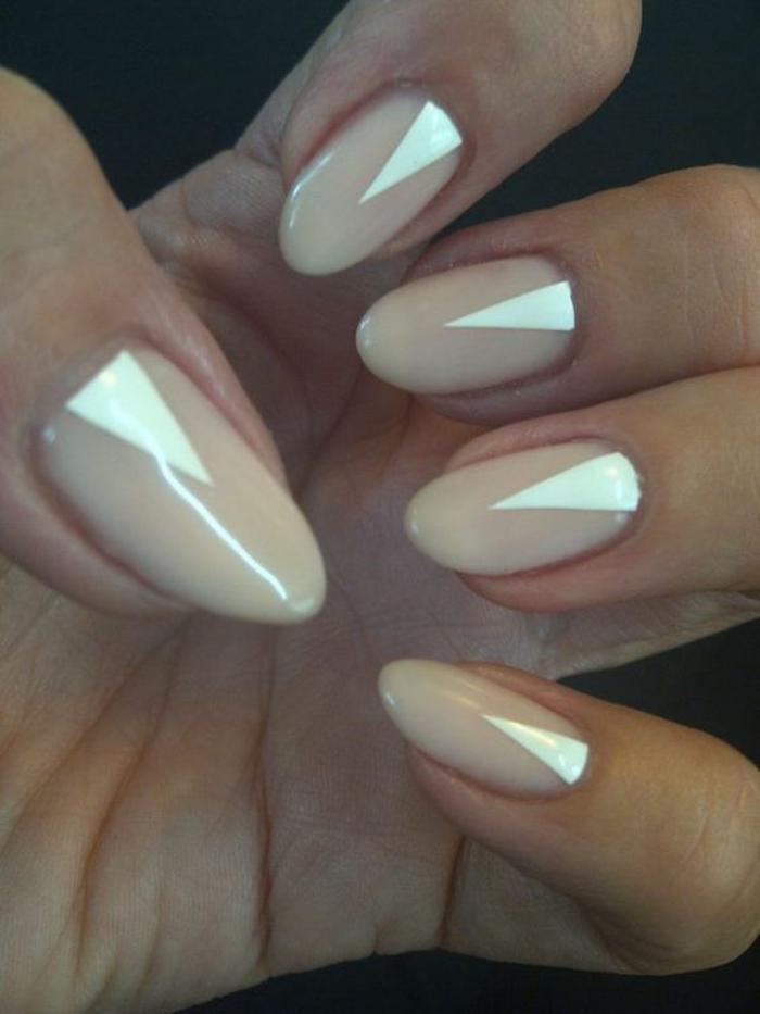 manucure-en-couleur-nude-et-blnac-nail-art-motifs-triangles
