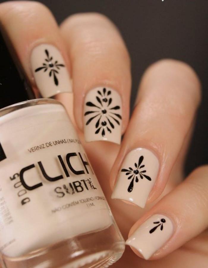manucure-en-couleur-nude-motifs-jolis-noirs-idée-déco-ongles