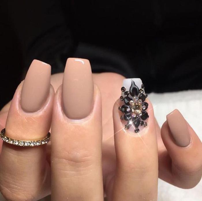 manucure-en-couleur-nude-nail-art-couleur-nude-avec-accent-glamoureux