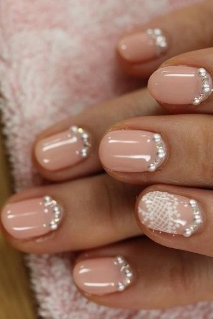 manucure-en-couleur-nude-nail-art-festif-nude-et-blanc