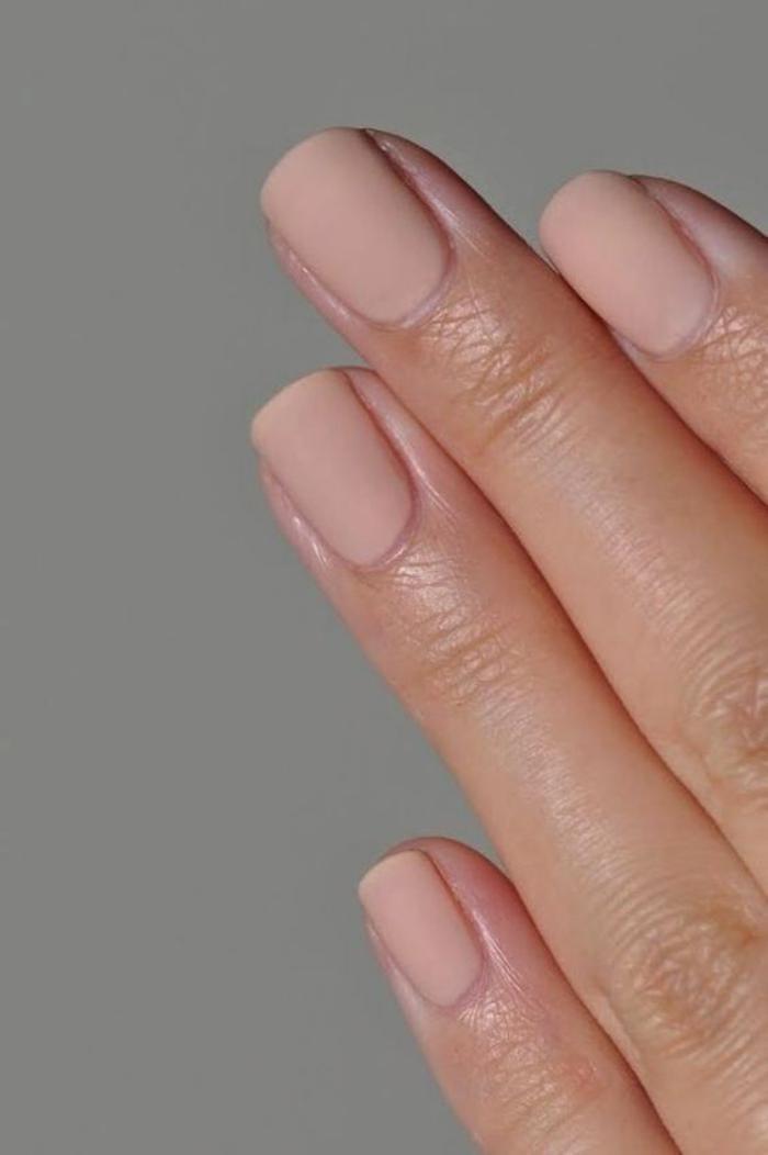 manucure-en-couleur-nude-ongles-courts-nail-art-teinte-neutre