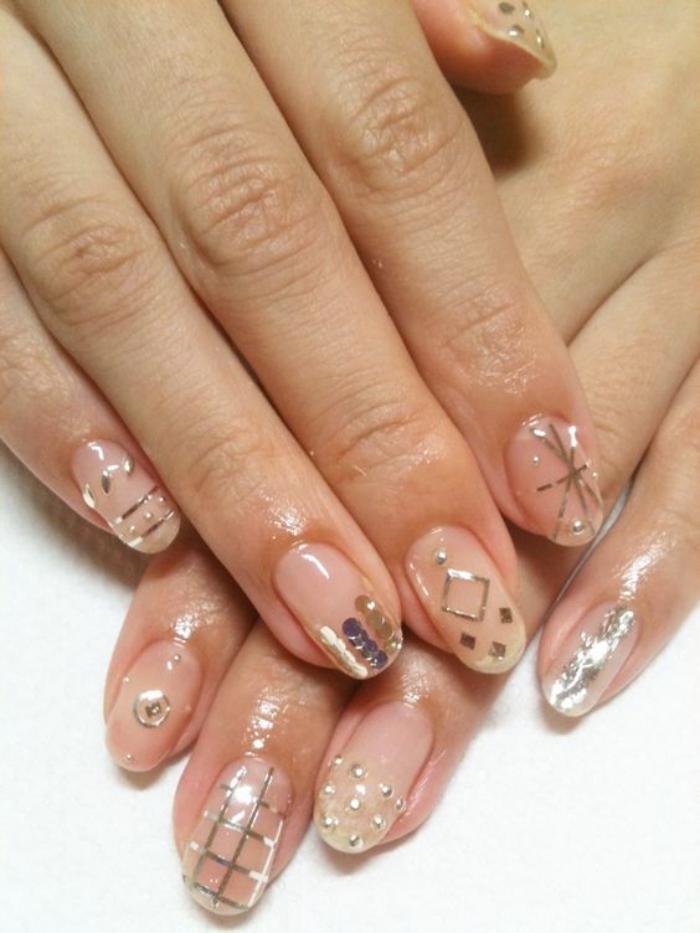 manucure-en-couleur-nude-ongles-ornés-de-stickers-lumineux
