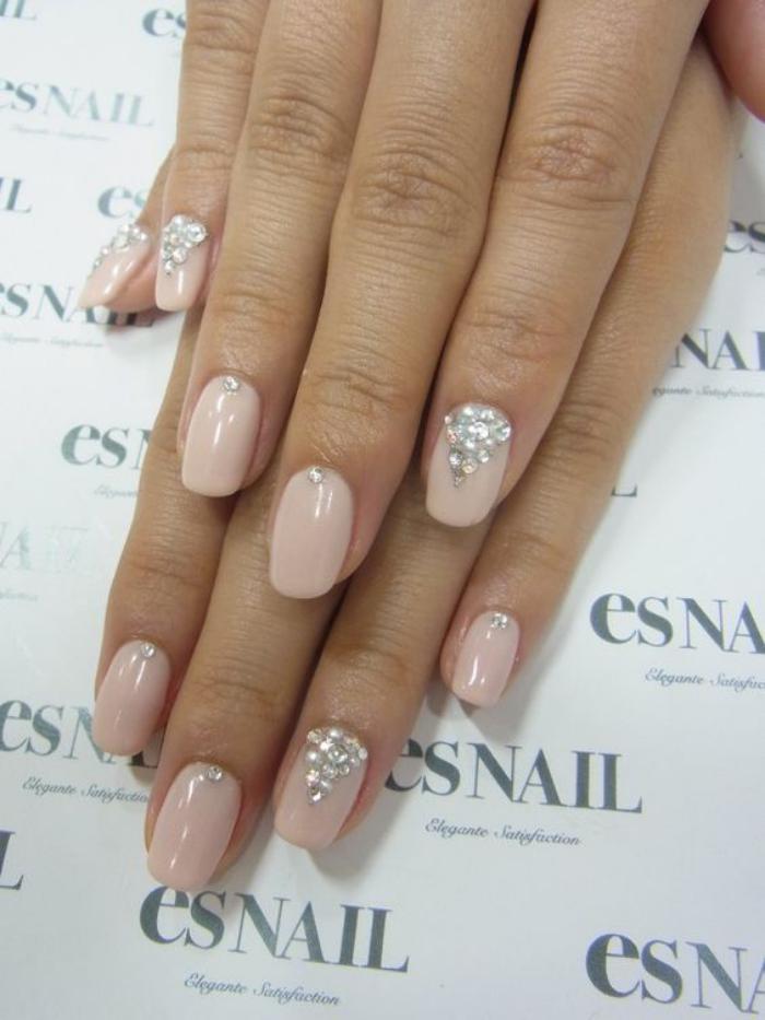 manucure-en-couleur-nude-rose-idée-déco-ongles