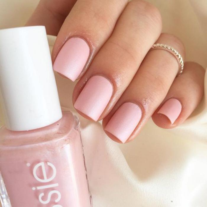 manucure-en-couleur-nude-rose-ongles-nude-élégants