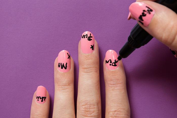 manucure-graffiti-écrire-sur-ses-ongles-avec-des-stylos