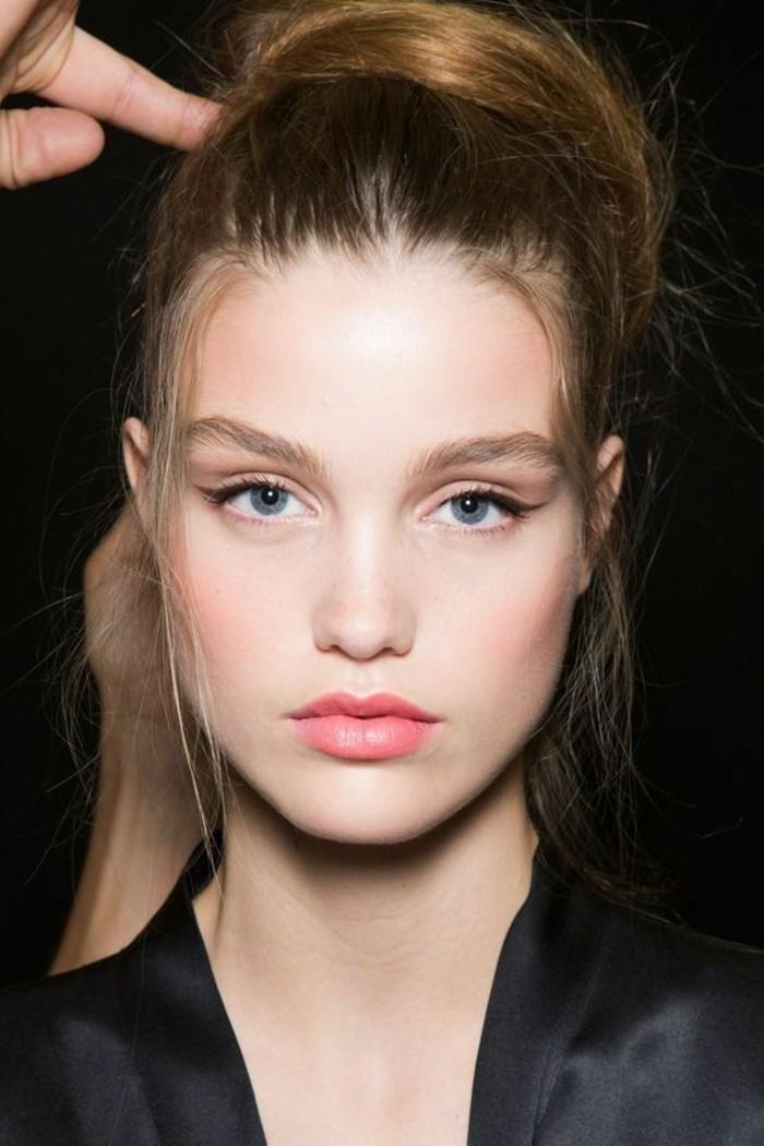 maquillage-bleu-yeux-levres-roses-apprendre-a-se-maquiller-eyeliner-en-noir-rouge-a-levres