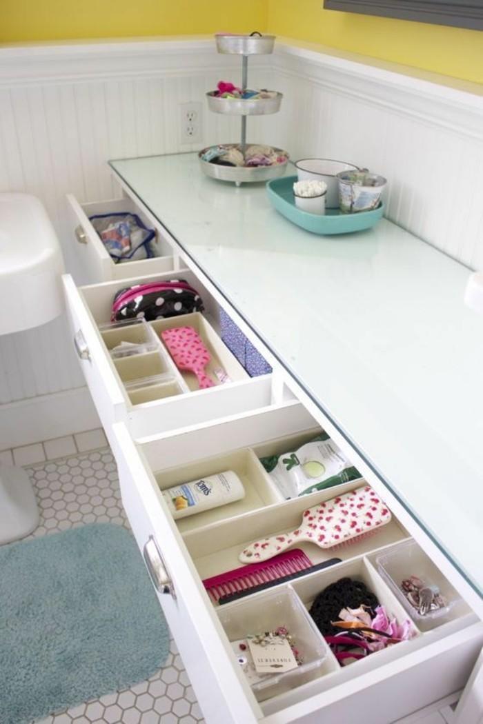 meuble-rangement-maquillage-pour-la-salle-de-bain-sol-en-mosaique-blanc