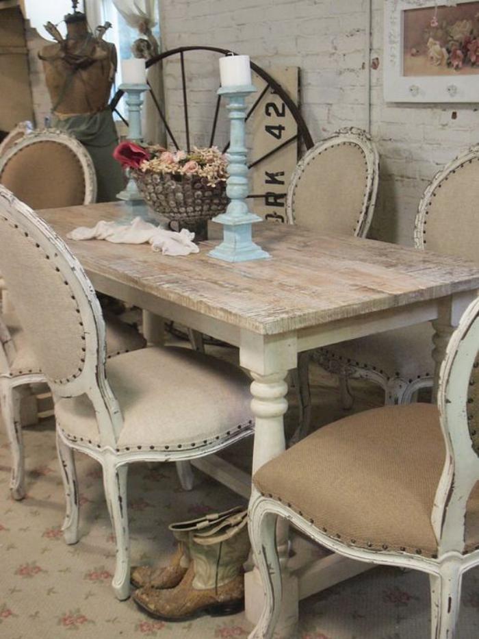 meubles-shabby-chic-chaises-médallions-table-en-bois