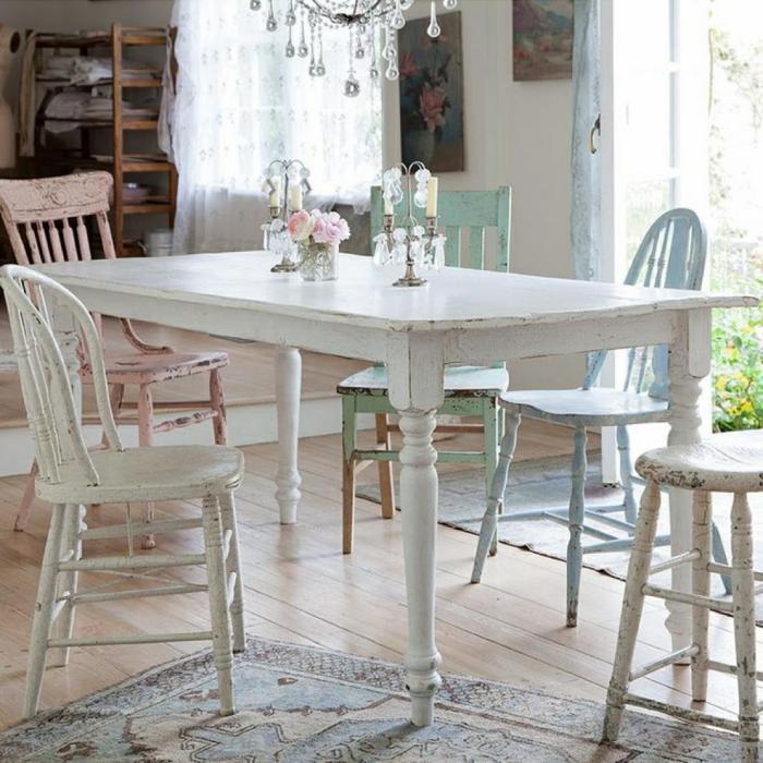 meubles-shabby-chic-chaises-usagées-table-blanche-lustre