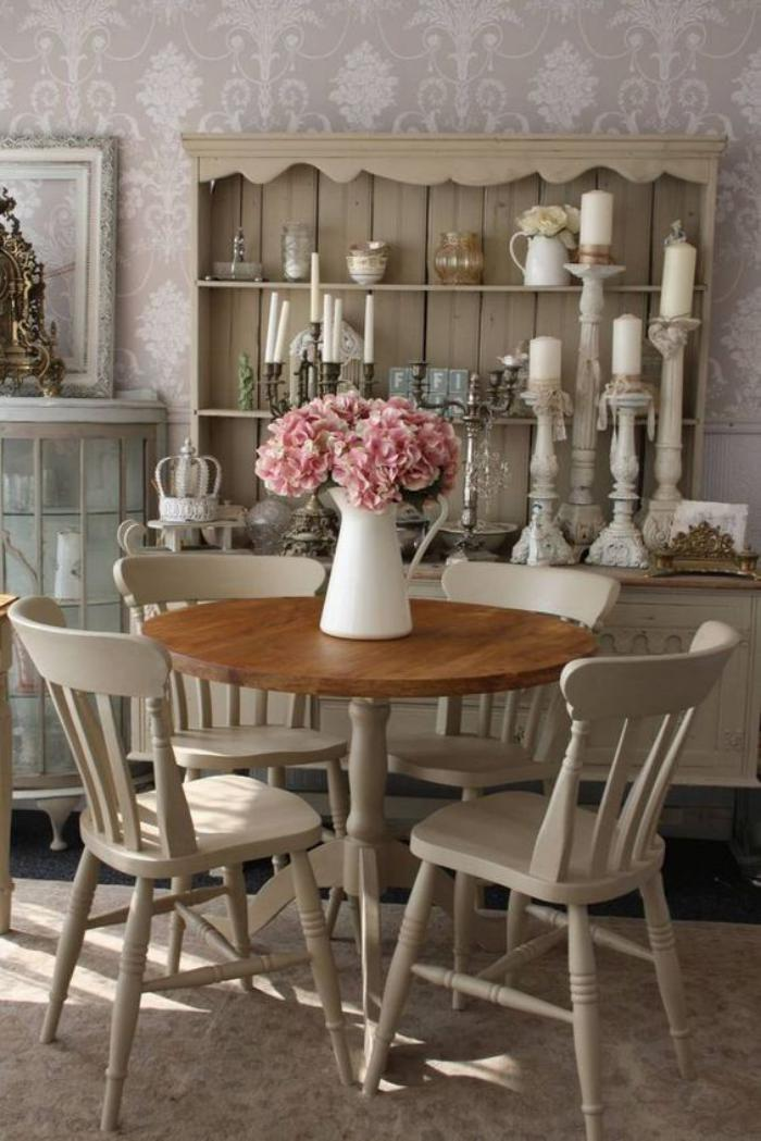 meubles-shabby-chic-petite-table-ronde-chaises-vintages