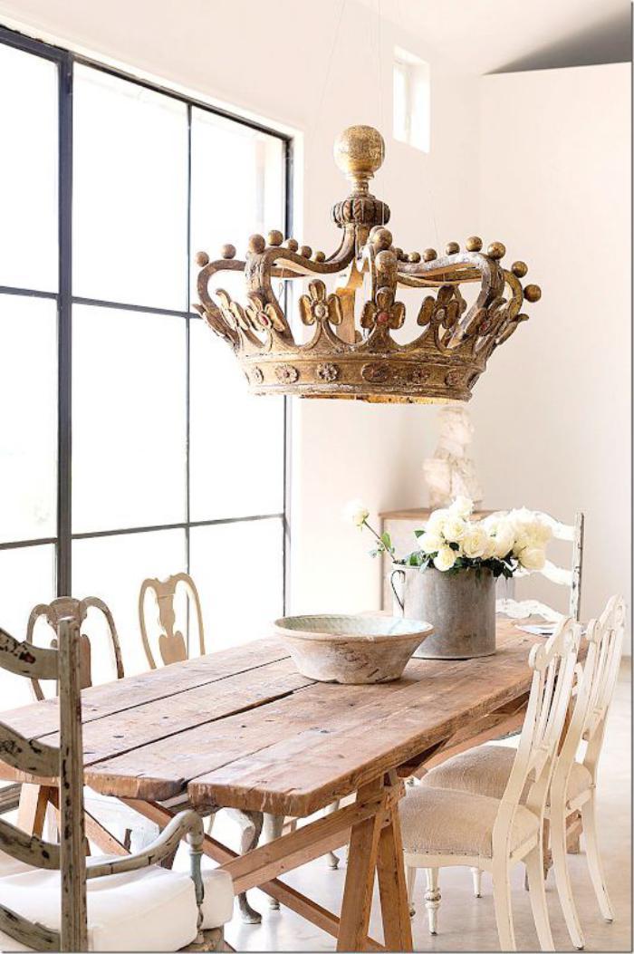 meubles-shabby-chic-table-en-bois-usée-et-plafonnier-original