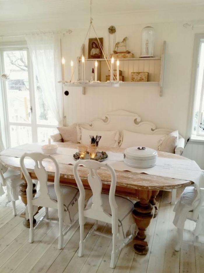 meubles-shabby-chic-table-ovale-en-bois-foncé-et-chaises-blanches-vintages