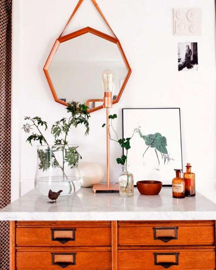 miroir-design-octogonal-au-dessus-d'une-commode-vintage