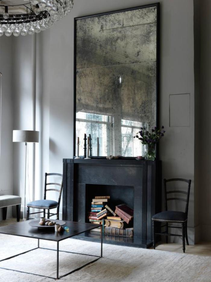 miroir-design-rectangulaire-posé-sur-la-cheminée