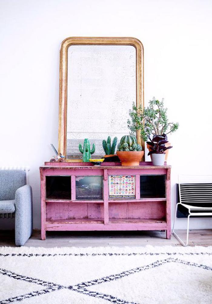 miroir-design-tapis-berbère-et-commode-rose-peinte