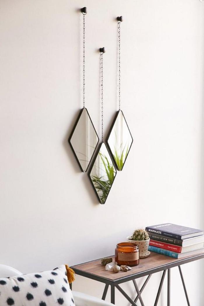 miroir-design-trois-miroirs-suspendus-au-dessus-d'un-chevet
