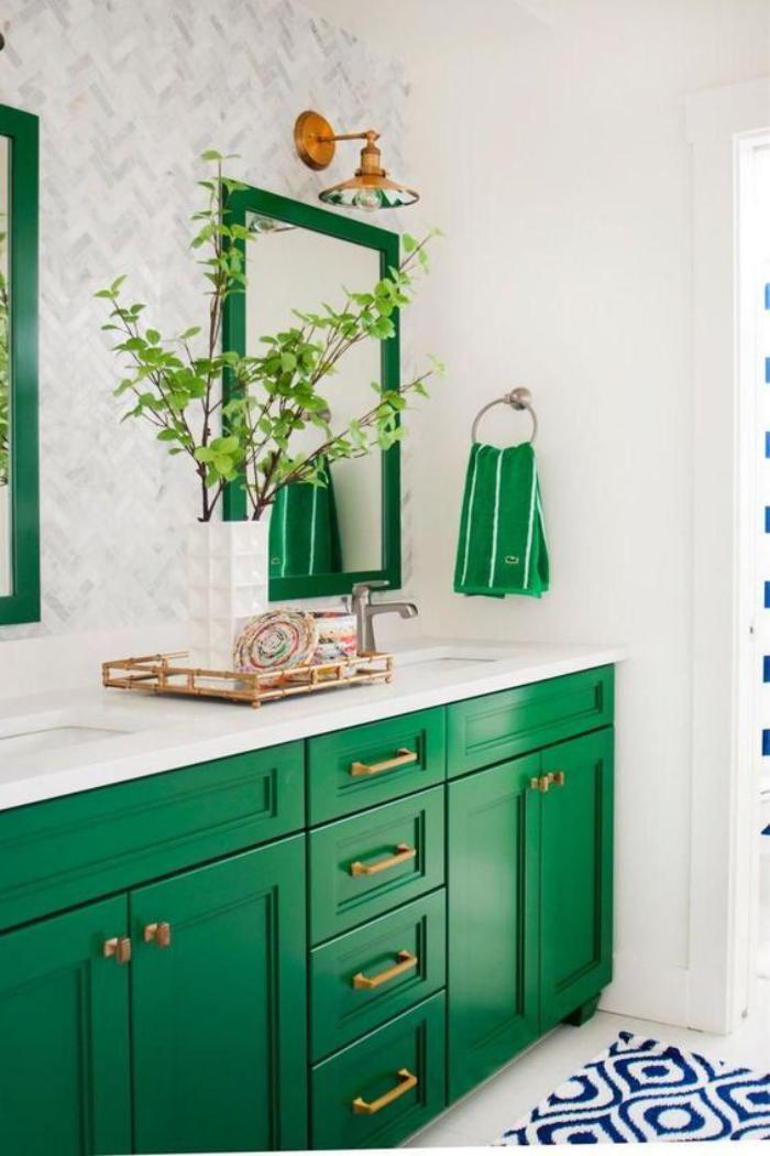 miroir-design-vert-au-dessus-d'un-rangement-salle-de-bains-vert
