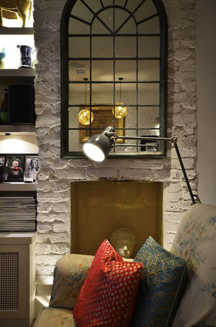 miroir-fenêtre-arquée-suspendu-mur-briques