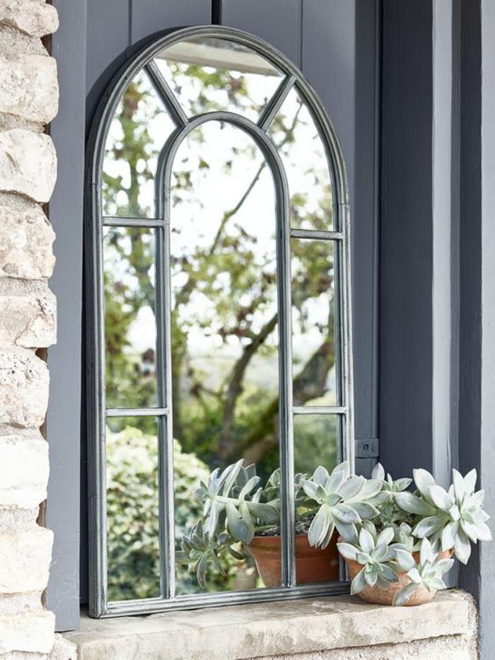 miroir-fenêtre-cadre-gris-miroir-arc-dans-le-jardin