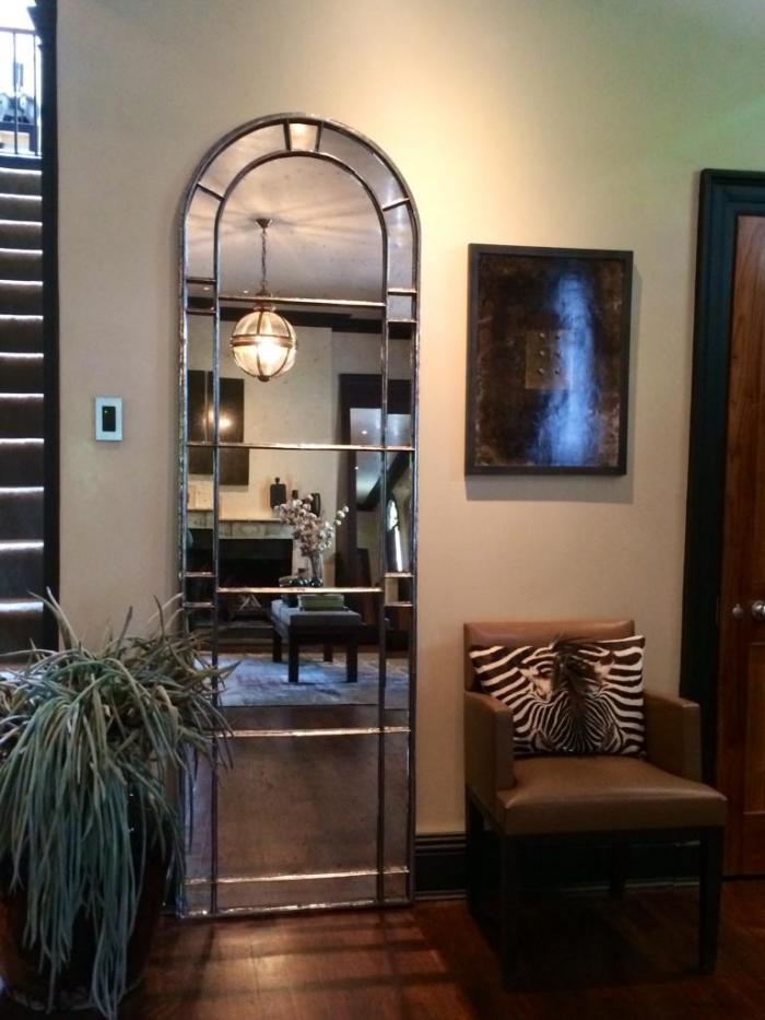 miroir-fenêtre-haut-décoratif-fauteuil-en-cuir