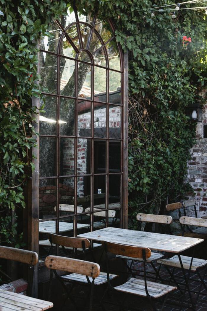 miroir-fenêtre-jolie-miroir-arcade-dans-un-café