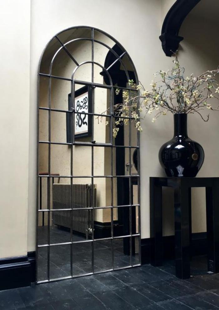 miroir-fenêtre-pour-l'entrée-et-grand-vase-noir
