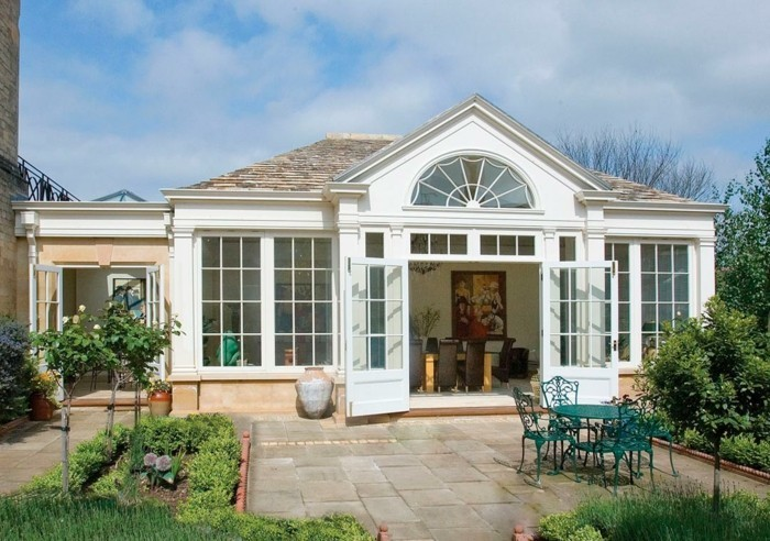 modele-de-veranda-contemporain-toit-veranda-en-pierres-en-harmonie-avec-le-design-de-la-maison-adjacente